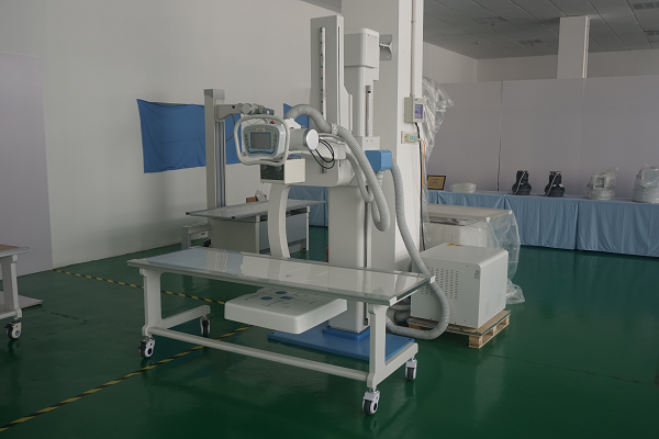 X-ray mobile radiology table suitable for the use of the UC-arm